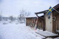 Sweden, Harjedalen, Ramundberget, Skis leaning against wooden chalet in winter 11090017535| 写真素材・ストックフォト・画像・イラスト素材|アマナイメージズ