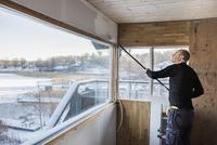 Sweden, Uppland, Stockholm archipelago, Rindo, Man painting wall 11090017578| 写真素材・ストックフォト・画像・イラスト素材|アマナイメージズ