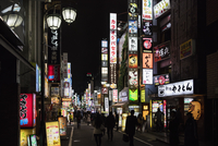 Japan, Tokyo, Shibuya, City street at night 11090017622  写真素材・ストックフォト・画像・イラスト素材 アマナイメージズ