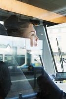 Sweden, Vastra Gotaland, Female tram driver seen through window 11090017796| 写真素材・ストックフォト・画像・イラスト素材|アマナイメージズ