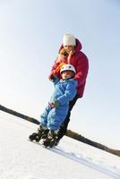 Sweden, Sodermanland, Jarna, Mother teaching son (2-3) ice skating on frozen lake 11090017806| 写真素材・ストックフォト・画像・イラスト素材|アマナイメージズ