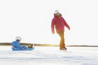 Sweden, Sodermanland, Jarna, Mother with son (2-3) tobogganing 11090017809| 写真素材・ストックフォト・画像・イラスト素材|アマナイメージズ