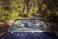 Australia, New South Wales, Sydney, Lane Cove, Couple driving car through forest 11090018162| 写真素材・ストックフォト・画像・イラスト素材|アマナイメージズ