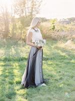 Sweden, Full length portrait of bride holding bouquet 11090018233| 写真素材・ストックフォト・画像・イラスト素材|アマナイメージズ