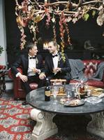 Sweden, Married couple sitting on sofa 11090018265| 写真素材・ストックフォト・画像・イラスト素材|アマナイメージズ