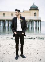 Sweden, Halland, Varberg, Young man wearing black suit on sandy beach 11090018354| 写真素材・ストックフォト・画像・イラスト素材|アマナイメージズ