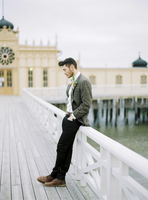 Sweden, Halland, Varberg, Groom wearing tuxedo leaning against railing on pier 11090018358| 写真素材・ストックフォト・画像・イラスト素材|アマナイメージズ