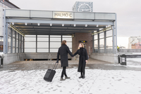 Sweden, Skane, Malmo, Couple holding hands in city 11090018517| 写真素材・ストックフォト・画像・イラスト素材|アマナイメージズ