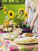 Sweden, Woman standing behind picnic table 11090018536| 写真素材・ストックフォト・画像・イラスト素材|アマナイメージズ
