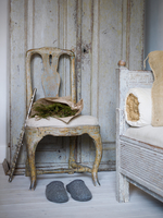 Sweden, Rustic chair, flute, slippers and pine branches 11090018581| 写真素材・ストックフォト・画像・イラスト素材|アマナイメージズ