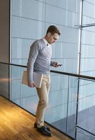 Finland, Young businessman using phone in office building 11090018651| 写真素材・ストックフォト・画像・イラスト素材|アマナイメージズ
