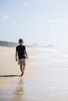 Australia, Queensland, Sunshine Coast, Buddina, Point Cartwright, Boy (6-7) walking on beach 11090018691  写真素材・ストックフォト・画像・イラスト素材 アマナイメージズ