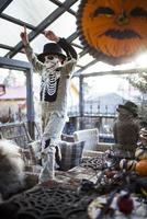 Finland, Boy (8-9) wearing skeleton costume raising arms in house 11090018750| 写真素材・ストックフォト・画像・イラスト素材|アマナイメージズ