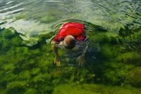Finland, Eckero, Berghamn, Man relaxing in Baltic Sea in summer 11090018766| 写真素材・ストックフォト・画像・イラスト素材|アマナイメージズ