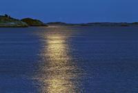 Finland, Eckero, Berghamn, Moonlight over Aland Archipelago 11090018767| 写真素材・ストックフォト・画像・イラスト素材|アマナイメージズ