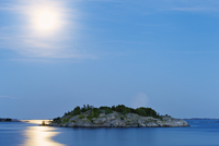 Finland, Eckero, Berghamn, Moonlight over Aland Archipelago 11090018771| 写真素材・ストックフォト・画像・イラスト素材|アマナイメージズ