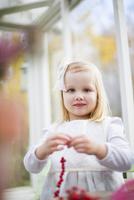 Finland, Girl (2-3) stringing beads in house 11090018774| 写真素材・ストックフォト・画像・イラスト素材|アマナイメージズ