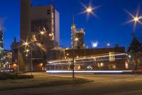 Finland, Pohjanmaa, Pietarsaari, View of factory at dusk 11090018837  写真素材・ストックフォト・画像・イラスト素材 アマナイメージズ