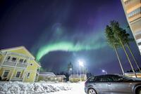 Finland, Pohjois-Pohjanmaa, Oulu, Aurora borealis above town 11090018838| 写真素材・ストックフォト・画像・イラスト素材|アマナイメージズ
