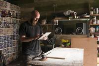 Israel, Man with digital tablet in workshop 11090018934| 写真素材・ストックフォト・画像・イラスト素材|アマナイメージズ