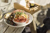 Sweden, Gotaland, Bohuslan, Grebbestad, Seafood dish on wooden table 11090019253| 写真素材・ストックフォト・画像・イラスト素材|アマナイメージズ