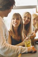Sweden, Man talking with women in bar 11090019380| 写真素材・ストックフォト・画像・イラスト素材|アマナイメージズ
