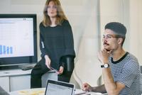 Sweden, Two people in office 11090019882| 写真素材・ストックフォト・画像・イラスト素材|アマナイメージズ