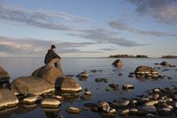 Sweden, Vasterbotten, Man looking at Nydalasjon lake 11090019981| 写真素材・ストックフォト・画像・イラスト素材|アマナイメージズ