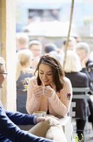 Sweden, Vastergotland, Young couple drinking coffee in cafe and talking 11090020078| 写真素材・ストックフォト・画像・イラスト素材|アマナイメージズ