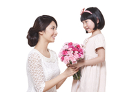 Happy mother and daughter with a bouquet of carnation 11091000944| 写真素材・ストックフォト・画像・イラスト素材|アマナイメージズ