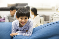 Cheerful boy in furniture shop with parents 11091006043| 写真素材・ストックフォト・画像・イラスト素材|アマナイメージズ