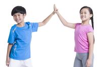 Happy children giving high-five 11091006119| 写真素材・ストックフォト・画像・イラスト素材|アマナイメージズ