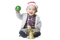 Cute baby with Christmas decoration  11091009375| 写真素材・ストックフォト・画像・イラスト素材|アマナイメージズ