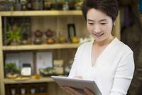 Shopkeeper using digital tablet