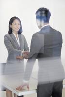 Business person shaking hands in meeting room 11091015678| 写真素材・ストックフォト・画像・イラスト素材|アマナイメージズ