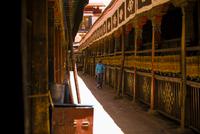 Tourist touching prayer wheel in Jokhang Temple 11091017077| 写真素材・ストックフォト・画像・イラスト素材|アマナイメージズ