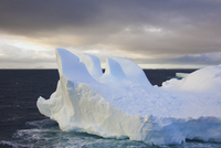 Icebergs floating, Eroded by wind and weather 11093000765| 写真素材・ストックフォト・画像・イラスト素材|アマナイメージズ