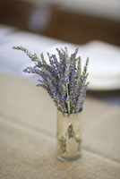 A small pot with fresh lavender flowers on a table top.  11093000826| 写真素材・ストックフォト・画像・イラスト素材|アマナイメージズ