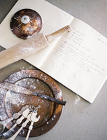 Kitchen utensils, spoons, a pan and a board. 11093001084| 写真素材・ストックフォト・画像・イラスト素材|アマナイメージズ