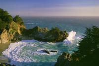 The coastline and a horseshoe bay with waves crashing against the rocks 11093002516| 写真素材・ストックフォト・画像・イラスト素材|アマナイメージズ