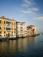 Tall palazzos and historic buildings lining the Grand Canal in Venice.  11093004994| 写真素材・ストックフォト・画像・イラスト素材|アマナイメージズ