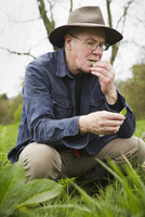 A forager tasting a fresh leaf or plant.  11093005053| 写真素材・ストックフォト・画像・イラスト素材|アマナイメージズ
