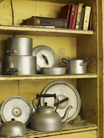 Old well worn recipe books and pots and pans on a kitchen shelf. 11093005362| 写真素材・ストックフォト・画像・イラスト素材|アマナイメージズ