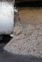 Stored organic waste heaped up in a large warehouse for biomass fuel 有oduction. 11093006674| 写真素材・ストックフォト・画像・イラスト素材|アマナイメージズ