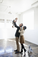 A father, mother and a young child and pet dog. 11093009274| 写真素材・ストックフォト・画像・イラスト素材|アマナイメージズ