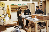 A furniture workshop making bespoke contemporary furniture pieces using traditional skills in modern design. Three people around 11093009747| 写真素材・ストックフォト・画像・イラスト素材|アマナイメージズ