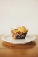 A fresh baked muffin with ice cream on a plate.  11093009793| 写真素材・ストックフォト・画像・イラスト素材|アマナイメージズ