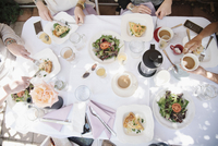 High angle view of four women sitting round a table with food and drink, plates with omelette and salad, coffee and champagne. 11093010550| 写真素材・ストックフォト・画像・イラスト素材|アマナイメージズ