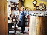 A clock maker in his workshop.  11093011118| 写真素材・ストックフォト・画像・イラスト素材|アマナイメージズ