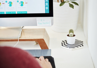 A workstation in an office, computer screen, keyboard and cactus plant. Over the shoulder view.  Post it note saying R U time tr 11093011171| 写真素材・ストックフォト・画像・イラスト素材|アマナイメージズ